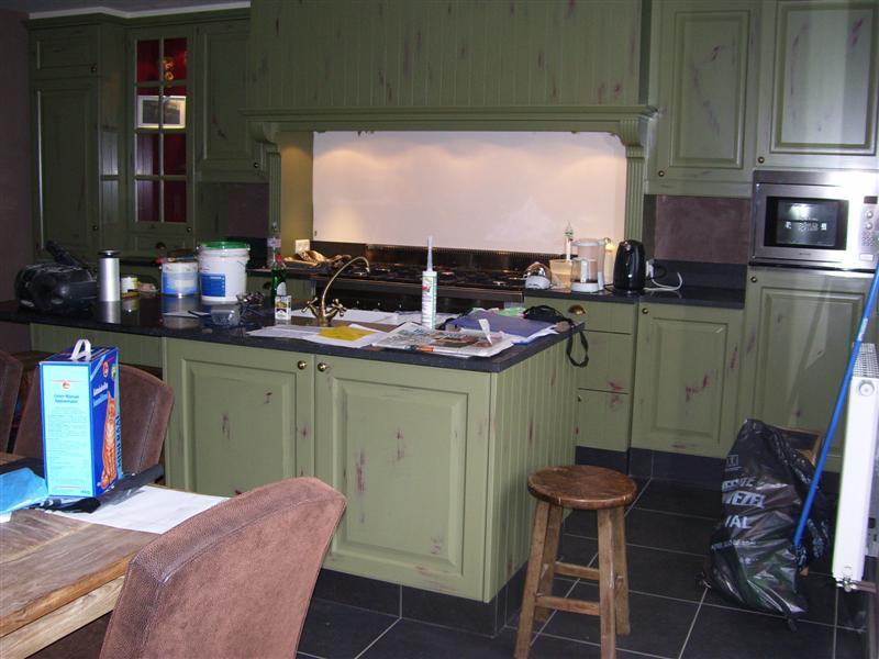 keuken afgewerkt, 3 lagen rood, 2 groen, na doorschuren 2 lagen vernis